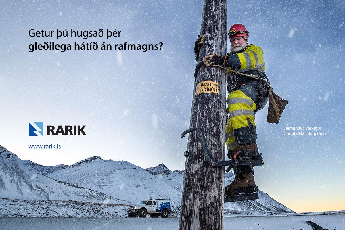 Sæmundur, verkstjóri vinnuflokks í Borgarnesi, klifrar upp staur við Hafnarfjall.