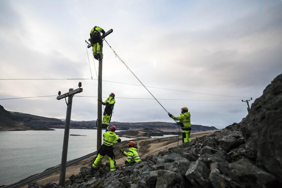 Þungur rafmagnsvírinn togaður upp