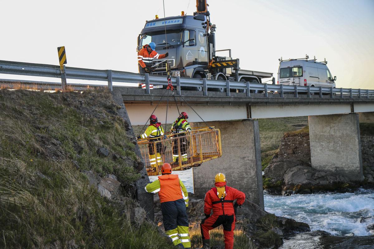 Háspennulögn undir Kljáfossbrú í Borgarfirði
