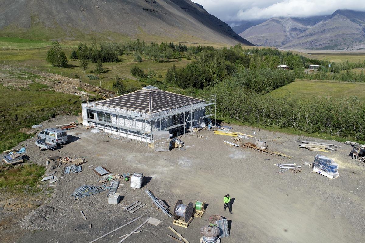 Unnið að byggingu dæluhússins.
