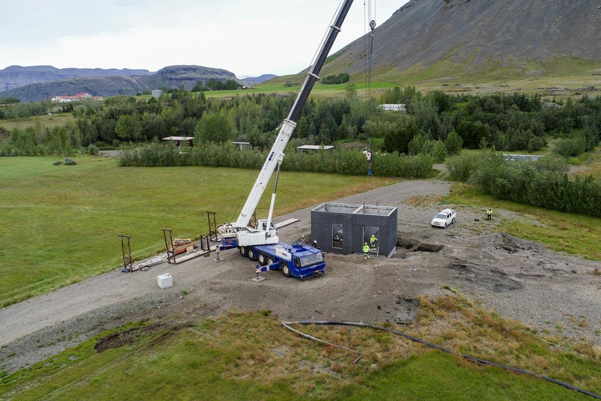 Unnið að byggingu borholuhúss sem eru hannað sérstaklega með hjóðvist í huga.