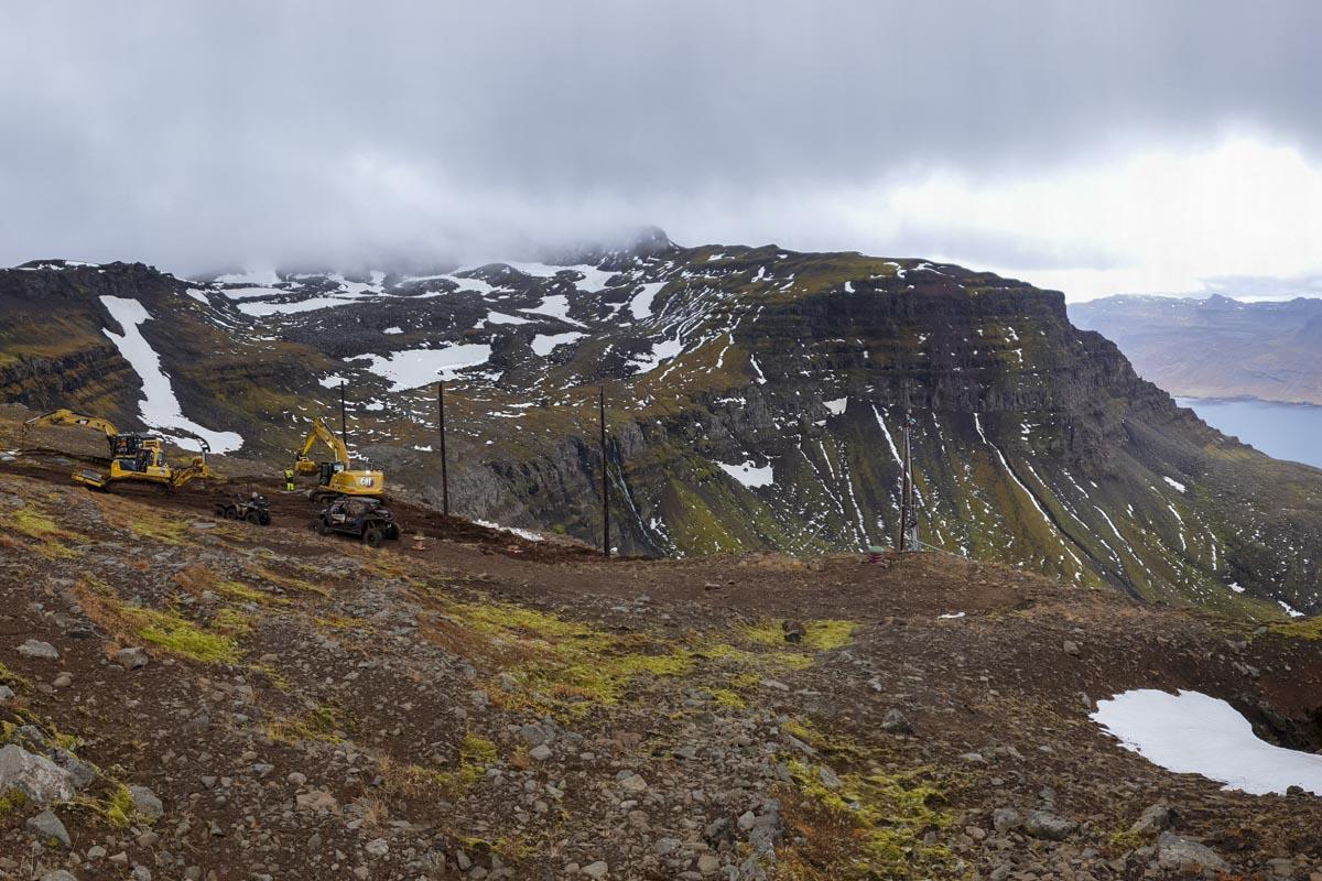 Möstur reist við brún Brekkugjár