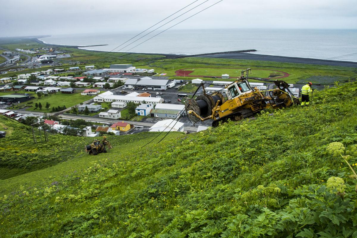 Straumi hleypt á jarðstreng yfir Reynisfjall